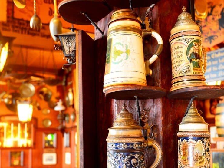 ハウス・ヴェルトハイム:陶器のビアカップを使ったディスプレイが可愛らしい店内。