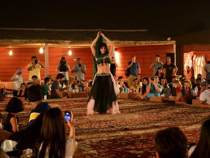 エキゾチックな音楽に観客も一体になる、ベリーダンス鑑賞。