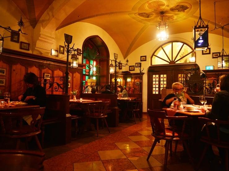 ラーツケラー/どこか懐かしさを感じるレトロな雰囲気の店内。観光の途中にも気軽に立ち寄れる。