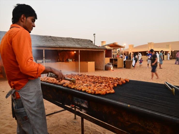 ツアーにはチキンBBQやアラビア料理のブッフェが含まれている。