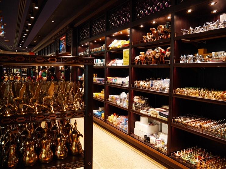 ドバイ土産が並ぶショップ。オリエンタルな香りが芳しい香水が50Dh〜とリーズナブルに購入できる。