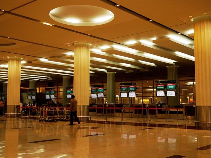 エミレーツ航空のカウンター。エコノミークラスだけでも120のカウンターが並ぶ。