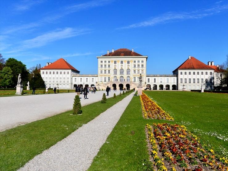 庭園から臨む宮殿本館。庭園中央には物資を運ぶための運河が設けられている。