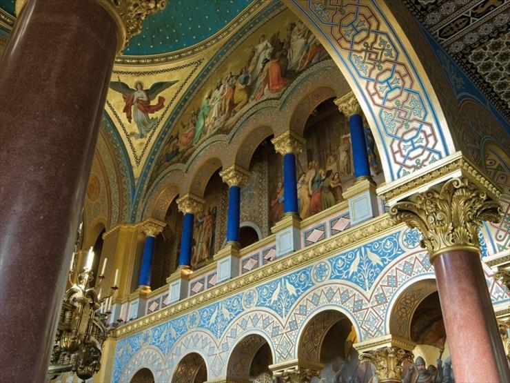 ノイシュヴァンシュタイン城/王座の間。中世ドイツの叙事詩に基づくワーグナー歌劇「パルジファル」の聖杯広間グラス・ハレが模されている。ビサンチン風の華美な装飾が特徴。