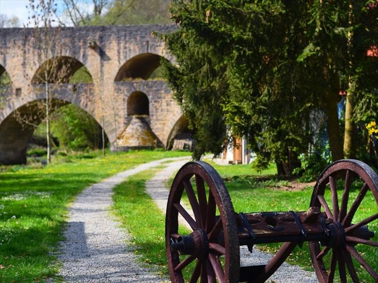 中世の小道に紛れ込んだかのような、思いがけない発見を楽しんで。奥に見えるのが二重橋ことドッペル橋。