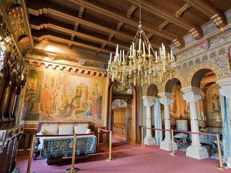 ノイシュヴァンシュタイン城/「ローエングリーン」の伝説が描かれた白鳥の間が備えられた居間。