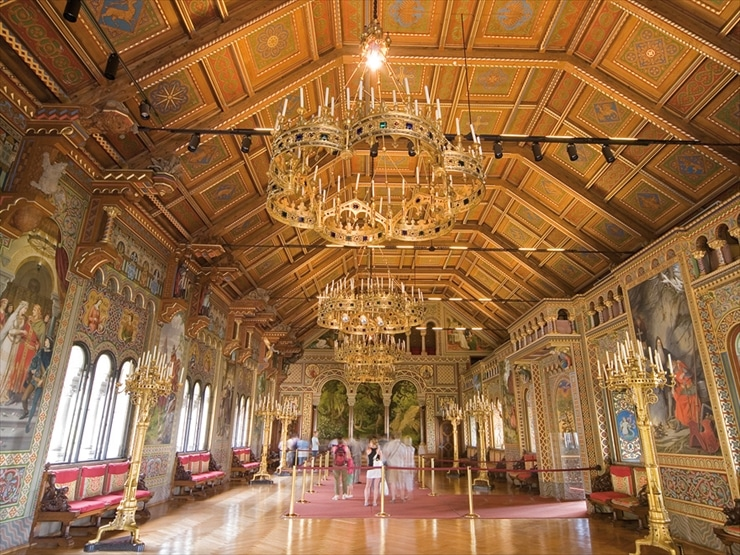ノイシュヴァンシュタイン城/歌人の広間。両側にはワーグナーのオペラの諸場面が描かれている。