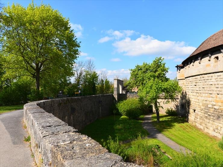 頑丈な城壁の周りをぐるりと囲むようにして遊歩道が張り巡らされている。