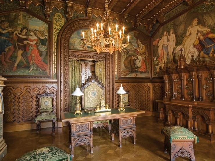 ノイシュヴァンシュタイン城/ゴブラン織りに描かれた、13世紀初めの長詩「ヴァルトブルク・クリーク」が掲げられた王の書斎。