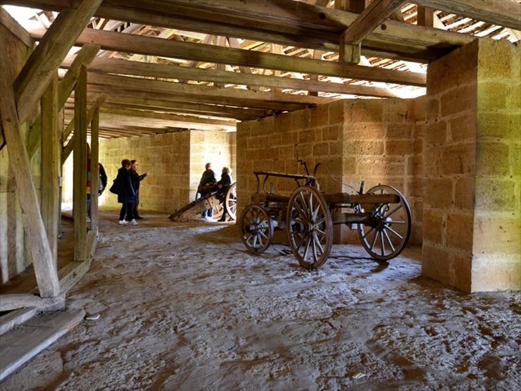 北側のクリンゲン門から南側のシュピタール門までは壁の上部を歩いて通ることができる。大砲などが飾ってあり当時の様子が思い忍ばれる。