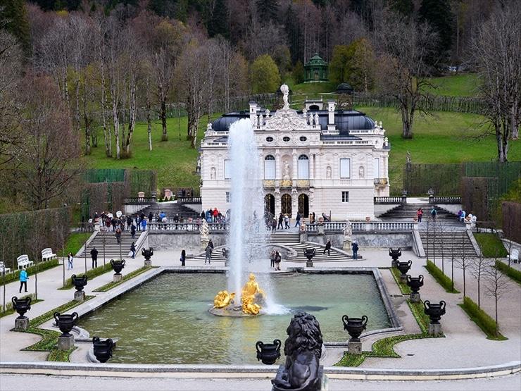 リンダーホフ城/城の名前の由来は庭園にある樹齢300年の菩提樹(リンデ)から取られた。