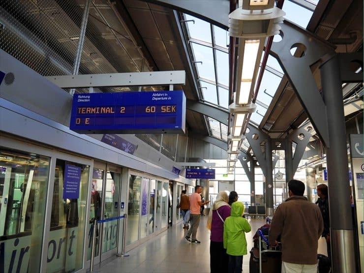ターミナル間は無料スカイトレインで結ばれている。