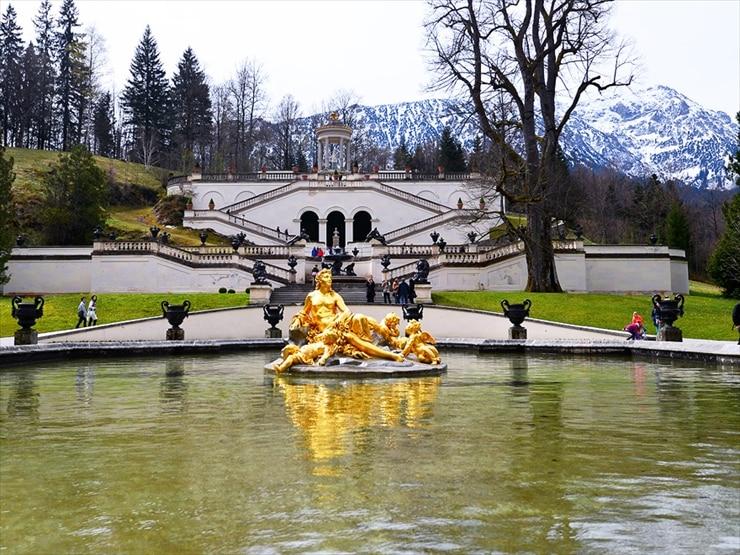 リンダーホフ城/ひな壇式庭園にはヴィーナス像がある神殿が備えられている。