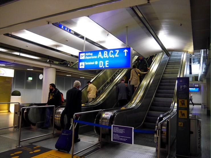 空港に直結したターミナル駅。