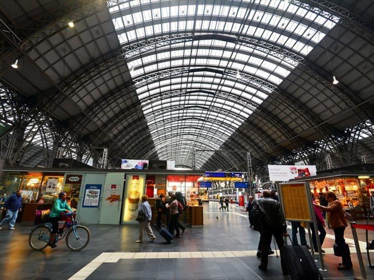 「ドイツの玄関口」フランクフルト中央駅。国内主要都市や近隣諸国から列車が乗り入れる交通の要。