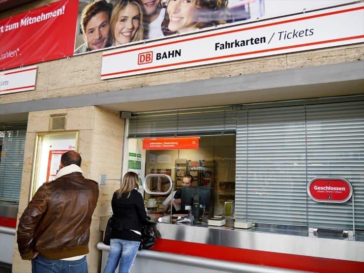主要駅の構内には窓口がありそこで切符の購入が出来る。