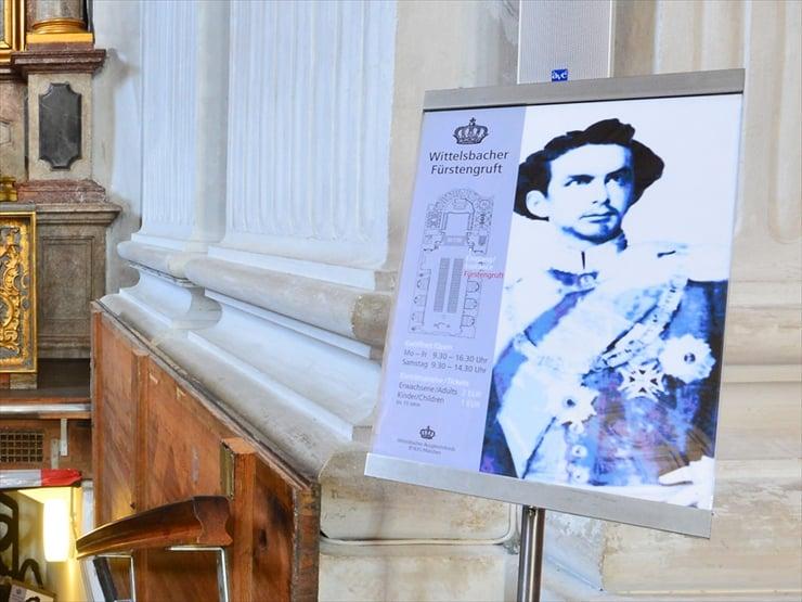 看板上の人物こそ美しき容姿のルートヴィヒ2世。