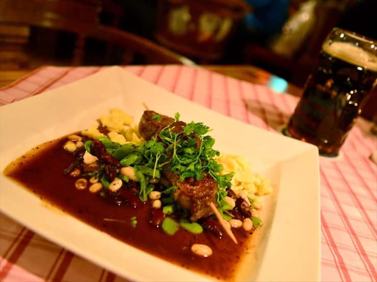 しっかりとした味付けの肉料理にビールがすすむ。