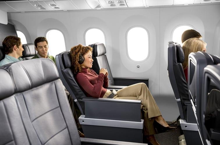 エコノミーと比べ、ゆとりと優雅さのあるプレミアムエコノミーの座席