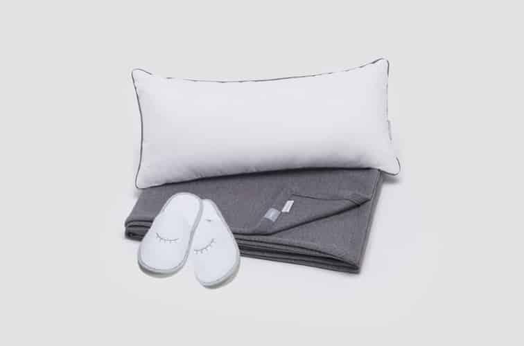 寝具メーカー「Casper」の枕とブランケットとスリッパ