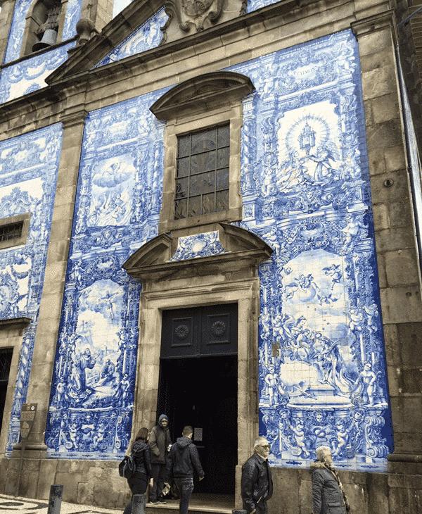 見事な色彩に驚く「アルマス礼拝堂」