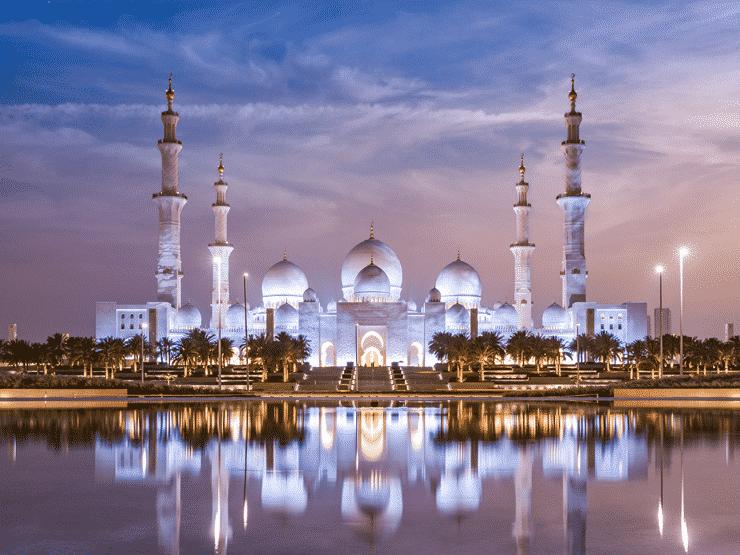 ライトアップされる夜のシェイク・ザーイド・モスク