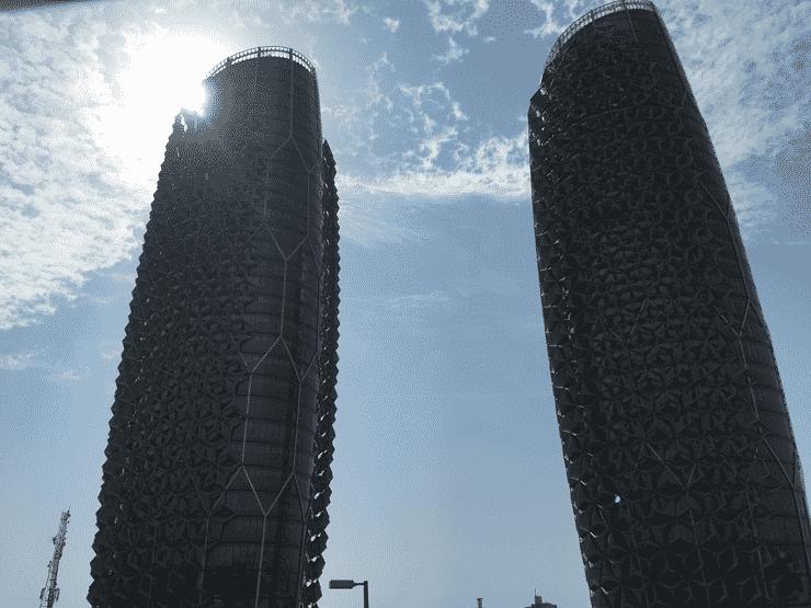 タクシーの中から撮影、アブダビの奇抜な建造物