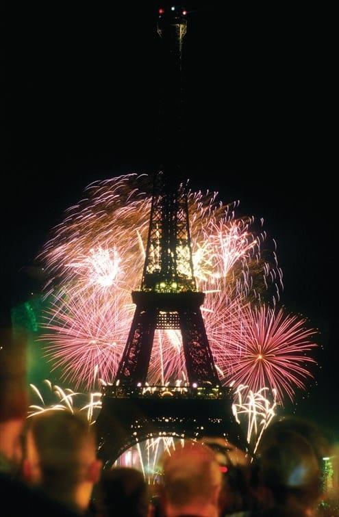 エッフェル塔と国民祭の花火© Paris Tourist Office - Photographe : Amélie Dupont