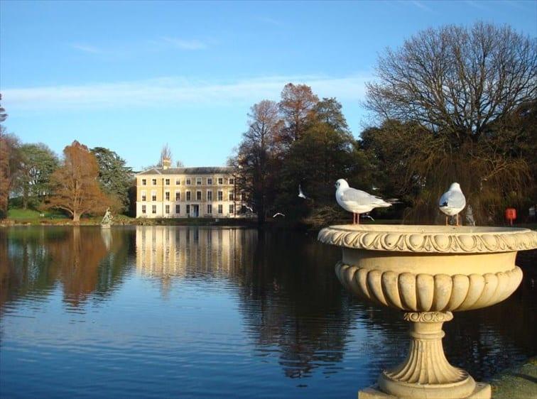 キュー王立植物園の池とヴィクトリア時代の館