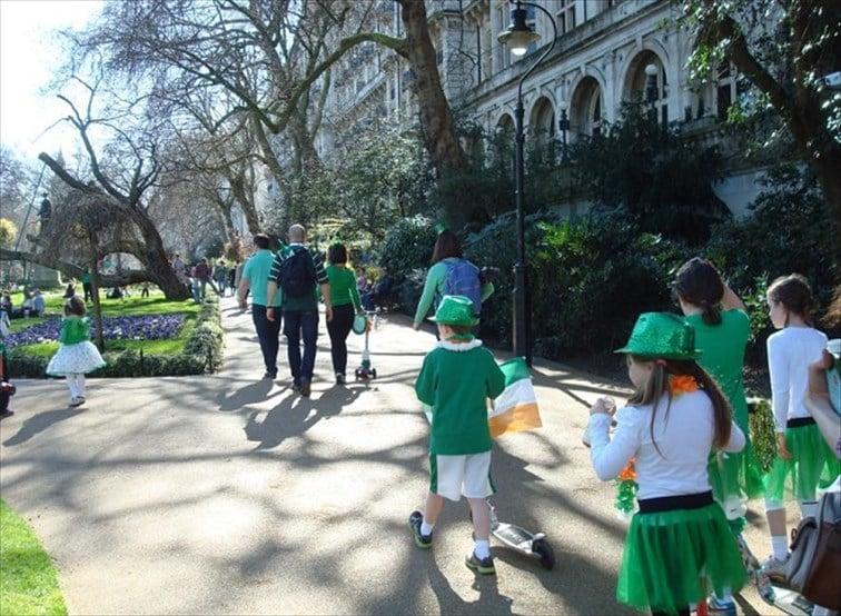 聖人パトリックの日、アイルランドを象徴する緑色のコスチュームに身を包んだ子供たち