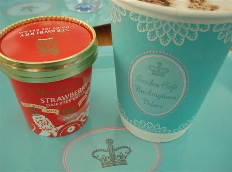 バッキンガム宮殿・夏の一般公開 屋外カフェの紙コップやトレーは王冠が可愛い