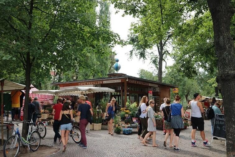 公園では毎週土曜日に朝市、日曜日は蚤の市が開催されます