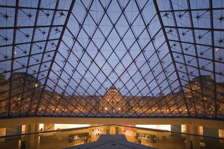 ルーヴル美術館のピラミッド© Paris Tourist Office –写真: Marc Bertrand –建築家: Ieoh Ming Peï