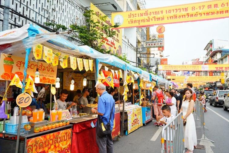 大豆を原料にした代用肉を使った、見た目は普通のタイ料理・中華料理の屋台が並びます。