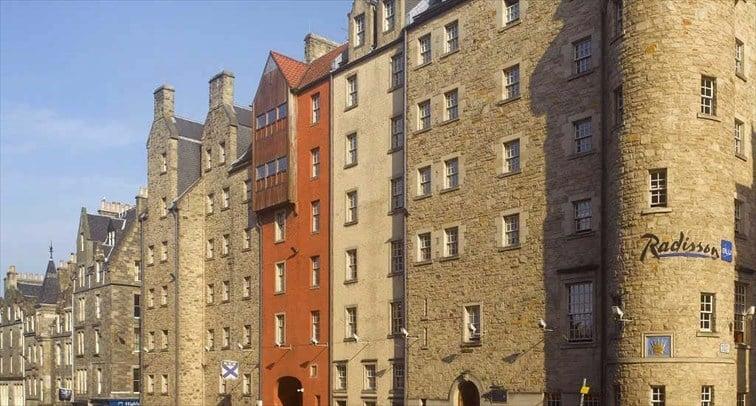 レンガ造りが特徴の4つ星ホテル「ラディソンブルーホテル」