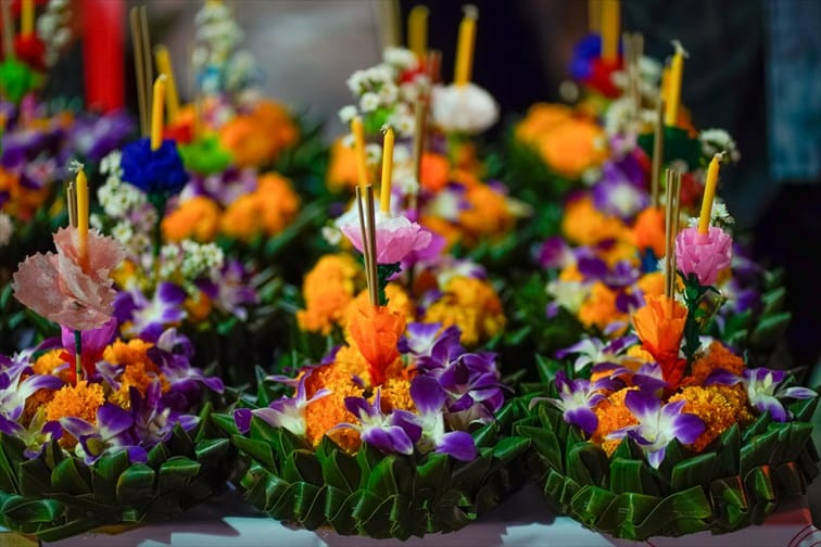 タイ人にとってはバレンタインやクリスマスイブのような日でもあります。