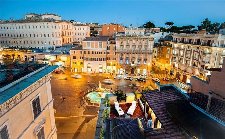 ライトアップされたバルベリーニ広場を見られる部屋もある