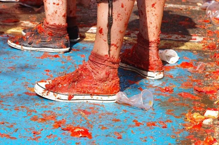 全身トマトまみれになって楽しむ狂気のお祭り