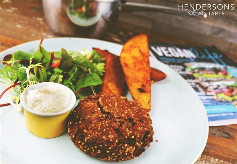 Henderson's cafeは長年あるベジタリアンカフェ&レストランで人気。