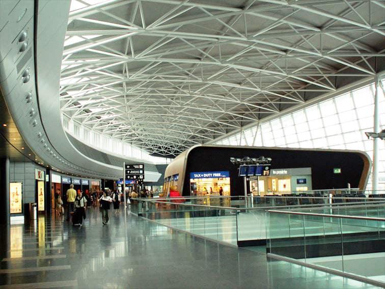 日祝日となると多くの人々で混み合う「チューリッヒ空港」