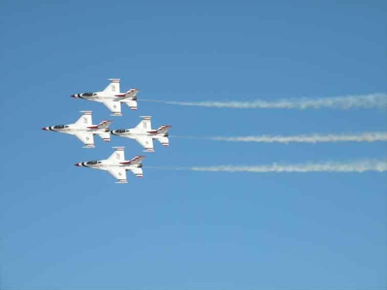 サンダーバーズチームによるアクロバット飛行