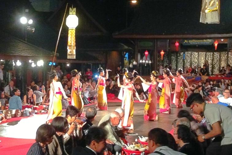 チェンマイの伝統的なカントークディナーショー