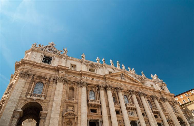 巨大なファサードの上層には使徒の像が建てられている