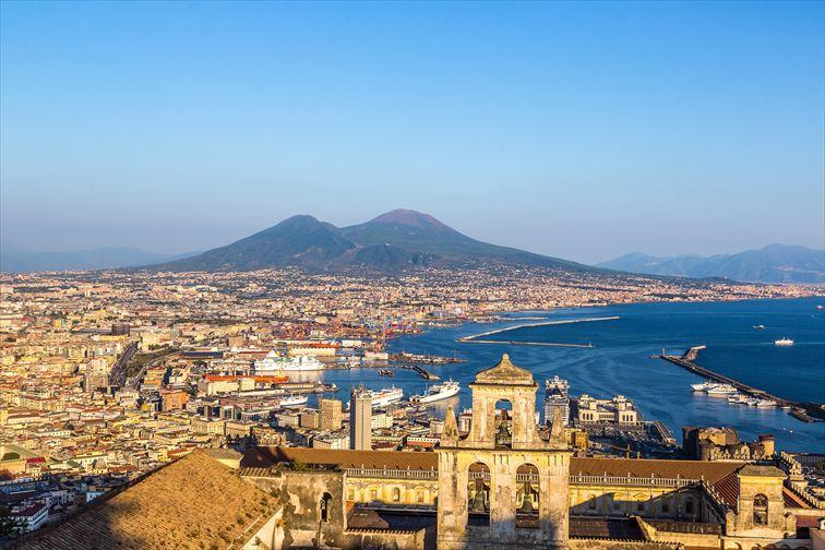 美しいナポリ湾とヴェスヴィオ火山
