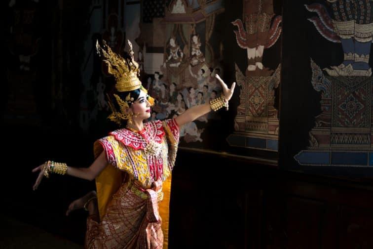 タイ人女性が踊る伝統的なタイ舞踊
