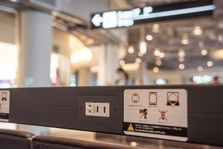 成田空港第一ターミナル北ウィングの充電ができるシート