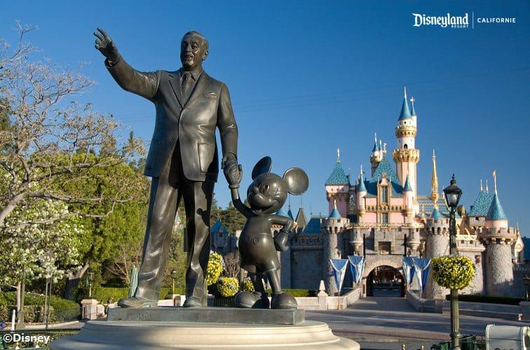 ディズニーランド・リゾートとミッキーの銅像