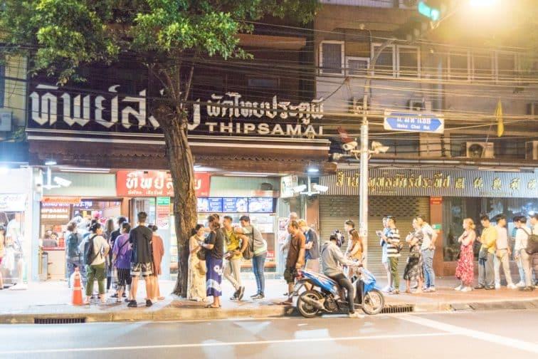 パッタイティップサマイ本店前に連なる有名な行列の様子