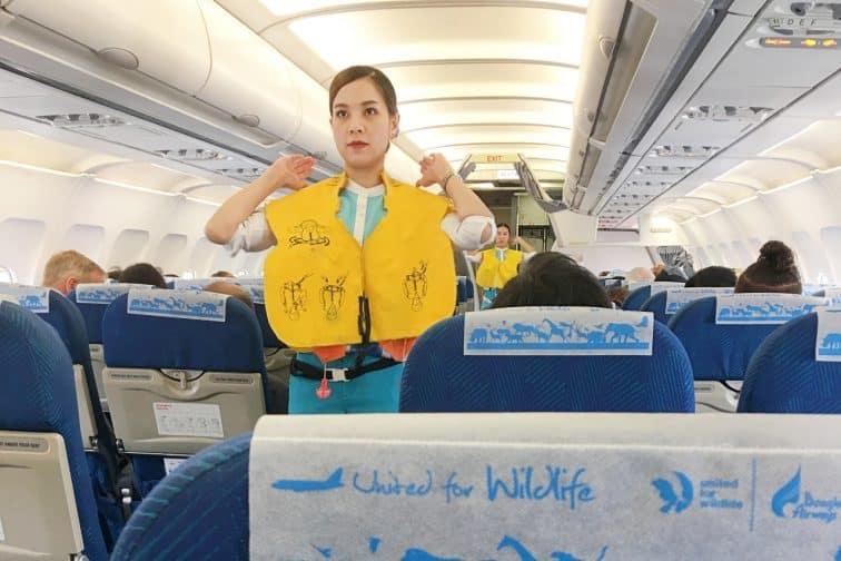バンコクエアウェイズの機内のキャビンアテンダント
