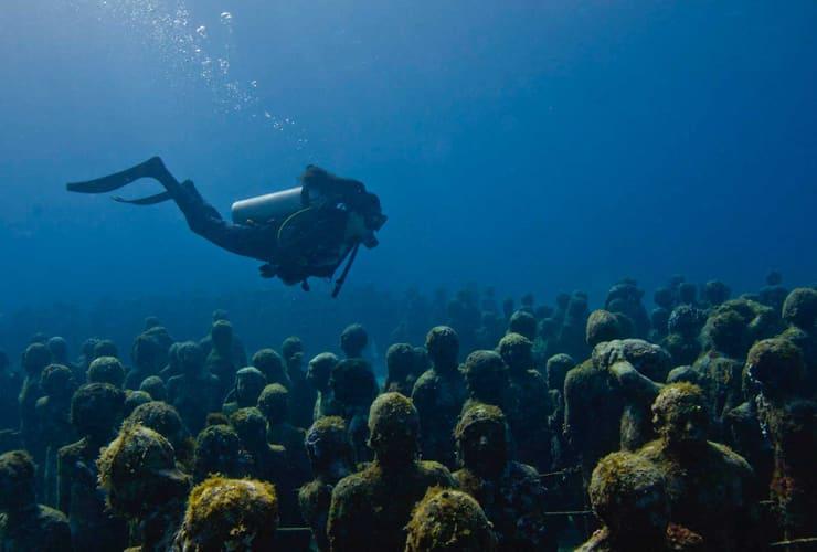 海底の彫刻群